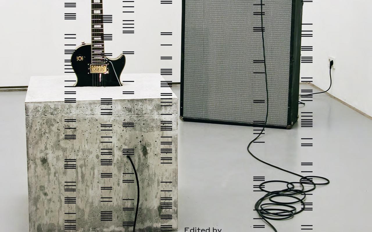 """Das Cover der Publikation """"Sound Art. Sound as a Medium of Art"""". Zu sehen ist das Kunstwerk von Douglas Henderson, """"stop."""" von 2007 - eine E-Gitarre halb einbetoniert in einem betonwürfel; verbunden mit einem Marshal Verstärker und einer Fender Box."""