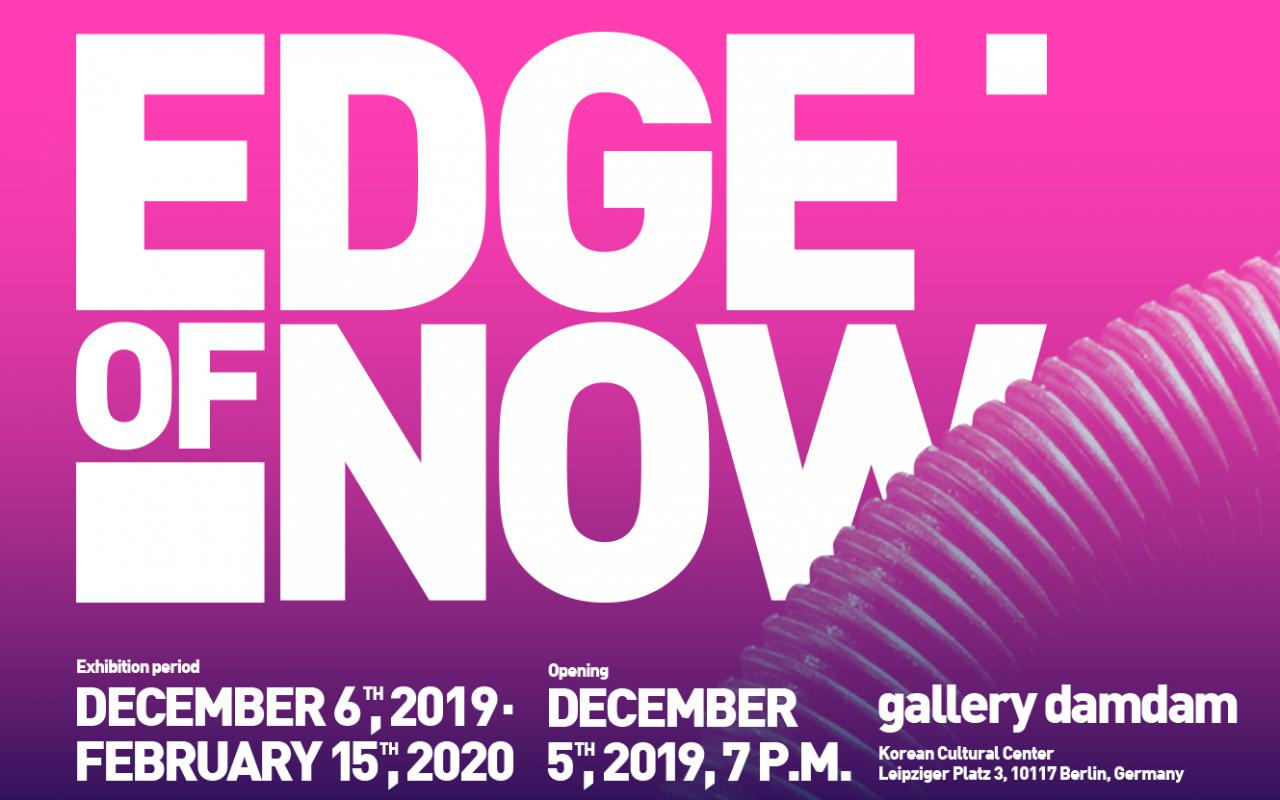 Plakat der Ausstellung »Edge of Now« mit dem Schriftzug in Weiß vor einem pinken Hintergrund.