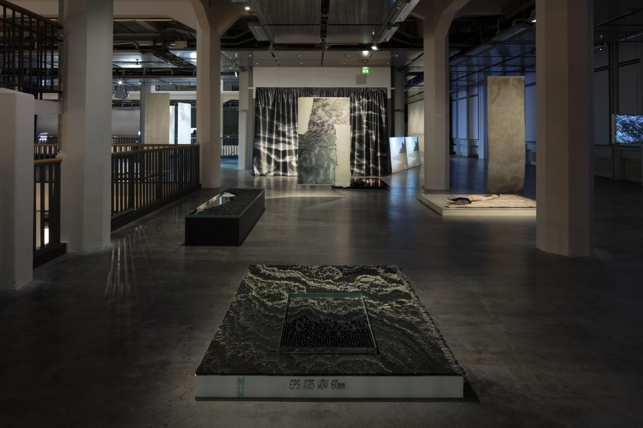 In the exhibition »Hybrid Layers« several artworks can be seen. They are made from various materials, for example from marbles.