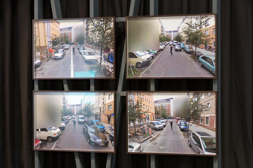 Vier Bildschirme über und nebeneinander, die Überwachungsvideos einer Straße zeigen
