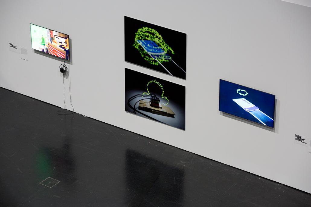 Bildschirme hängen an der Wand