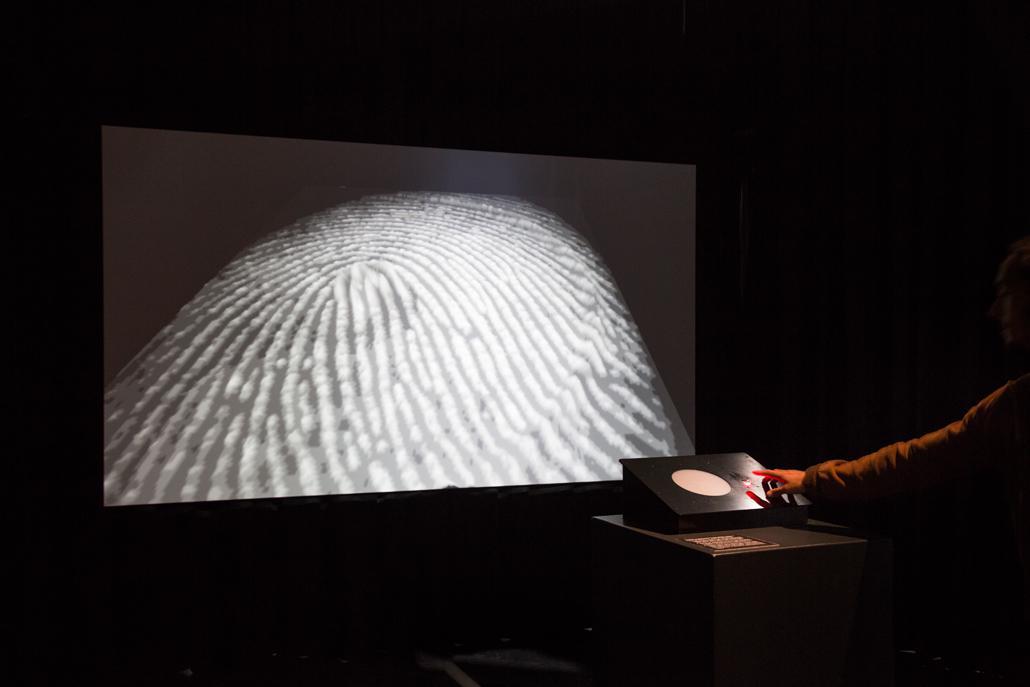 Eine Leinwand, auf der in starker Vergrößerung ein Fingerabdruck zu sehen ist