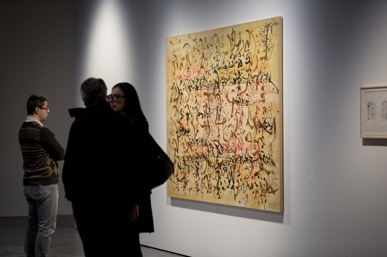 Ein Mann blickt auf ein abstraktes Gemälde