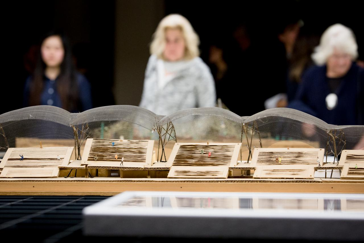 Besucher in der Ausstellung »Frei Otto. Denken in Modellen«