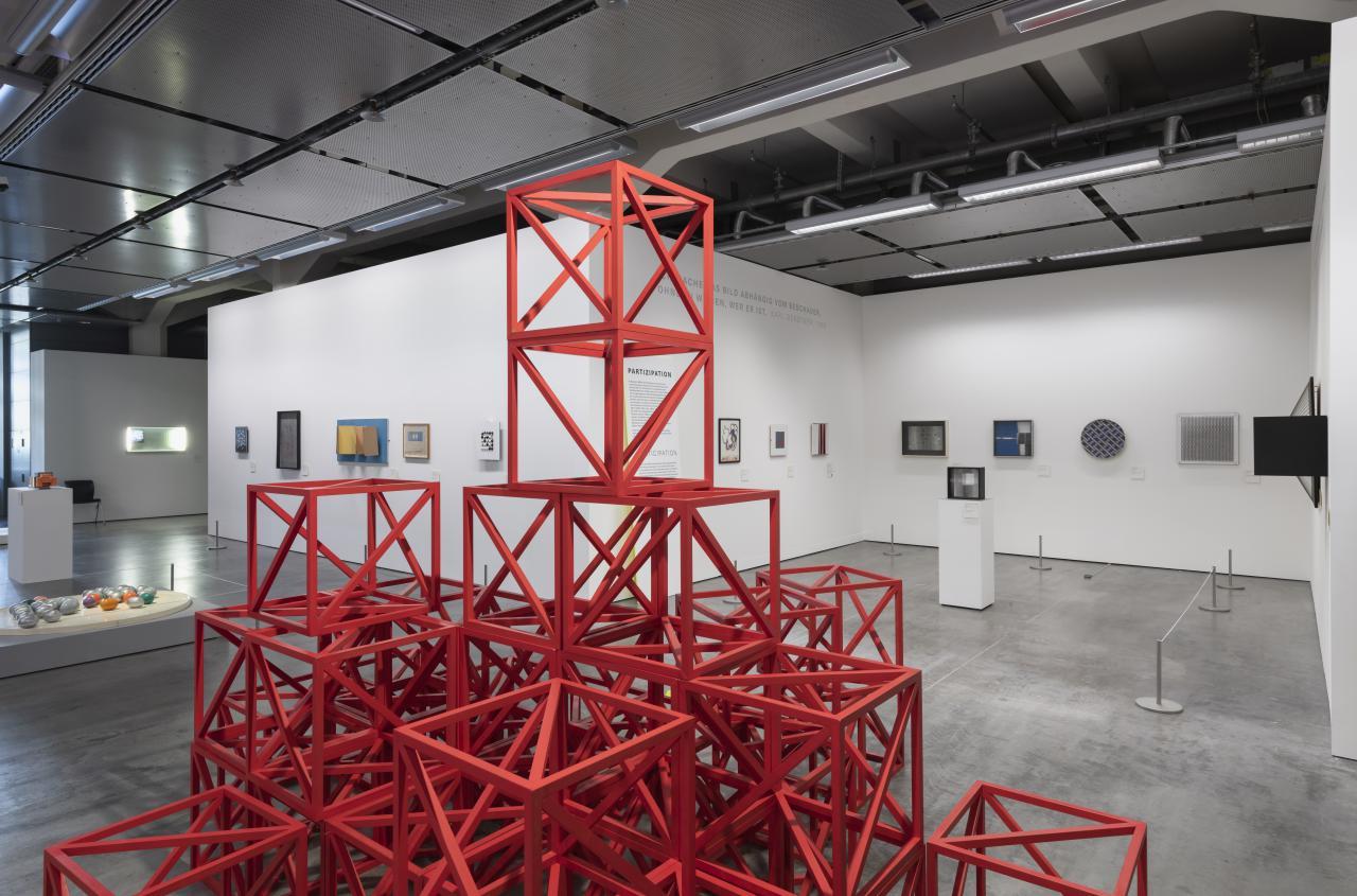 Blick in die Ausstellung »Writing the History of the Future« auf die Installation »Zero to Infinity«