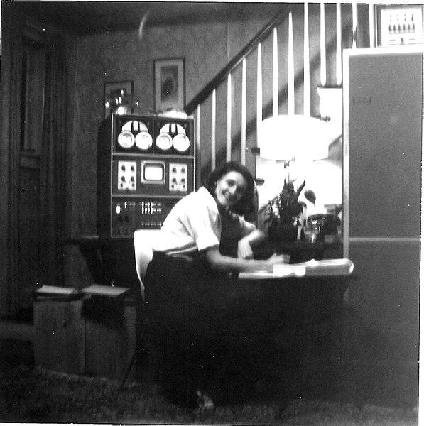 Photo of Mary Allen Wilkes at home with the »Linc« computer, 1965