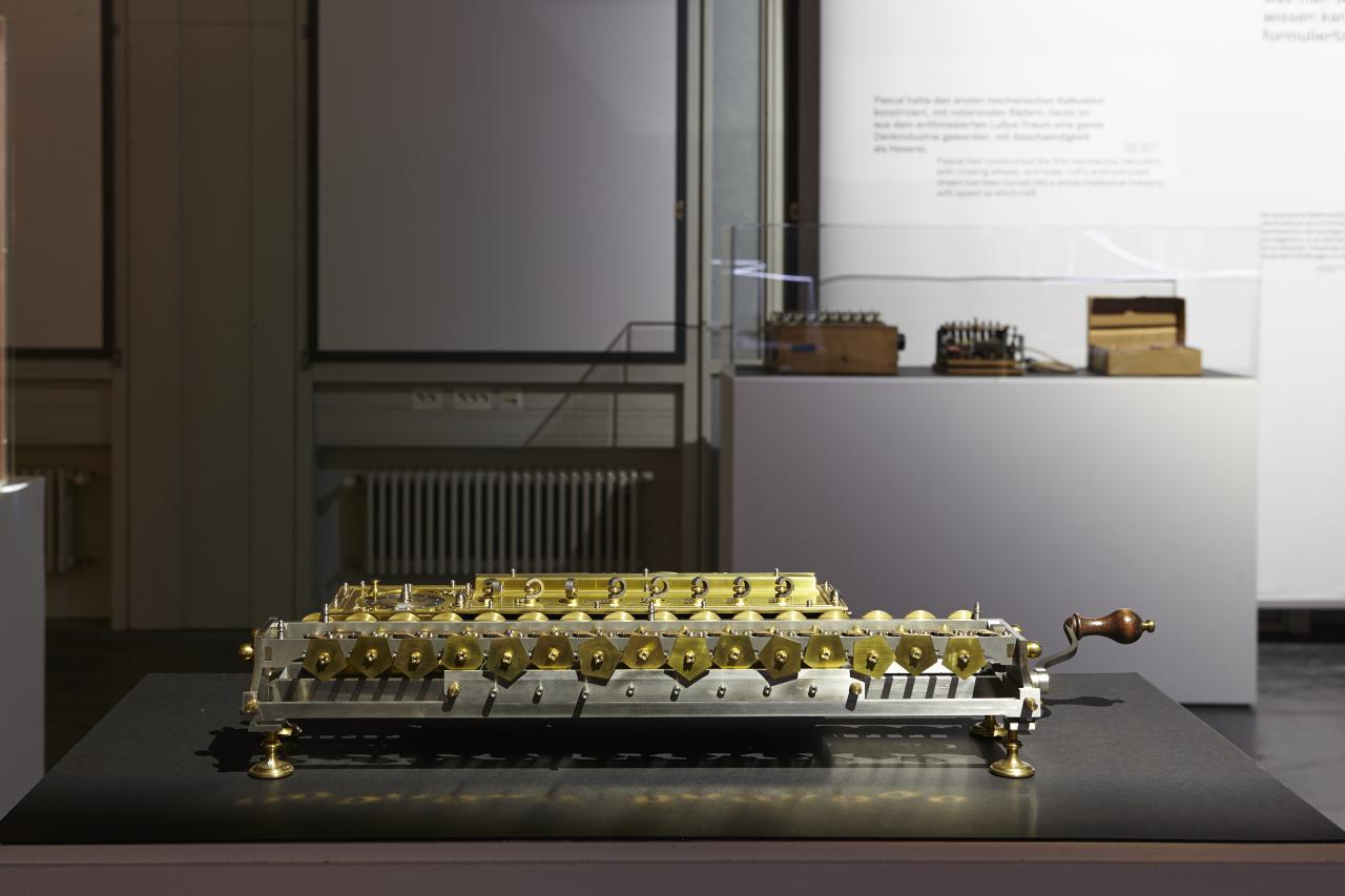 Nikolaus Joachim Lehmann, »Leibniz' Rechenmaschine von 1960–1720 (Replikat)«, 1995
