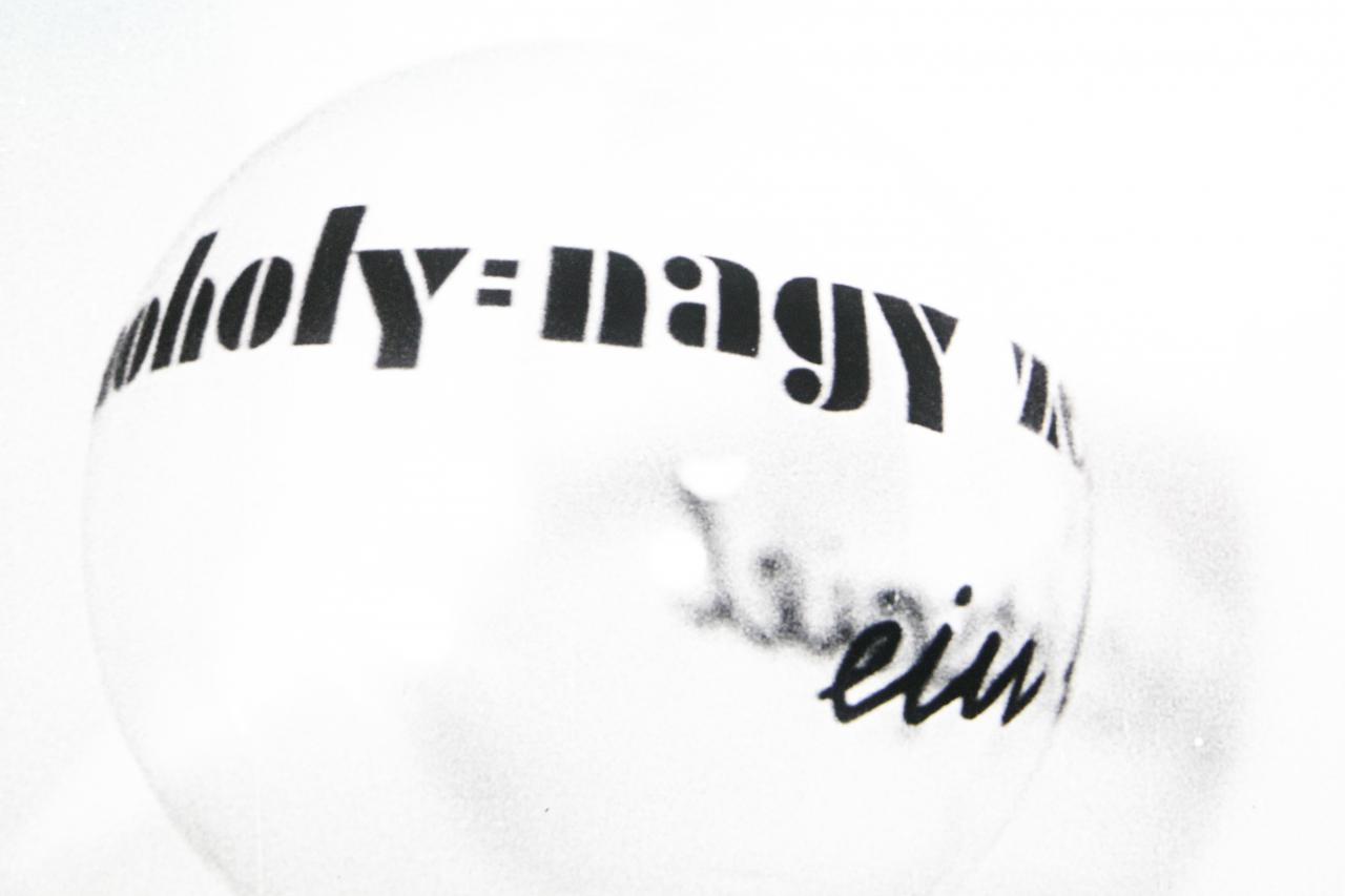 Schwarz-Weiße Grafik mit dem Schriftzug »Moholy-Nagy« auf einer weißen Kugel.