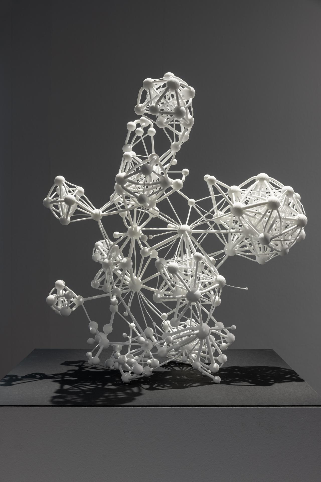Dreidimensionale Skulptur des Netzwerks »Flavor Network« in weiß