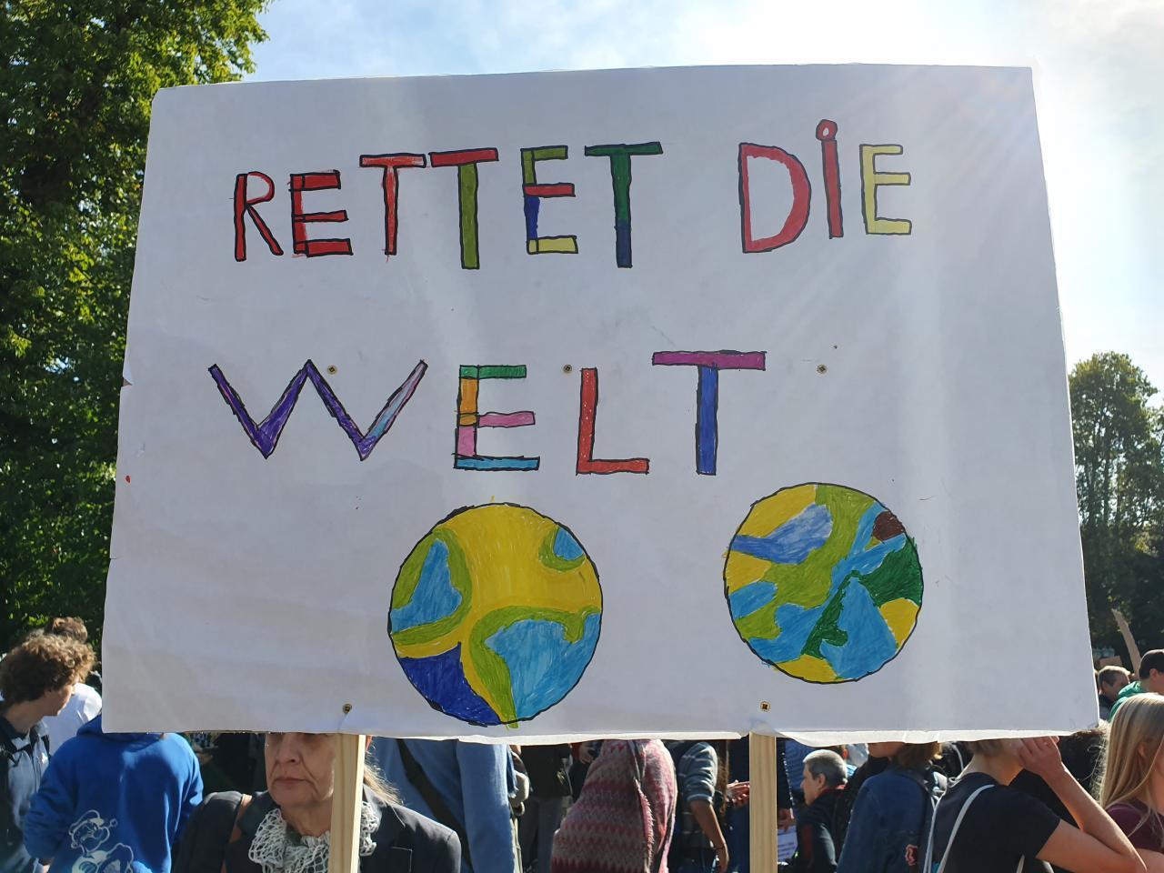Plakat der Klimademo »Fridays for Future« mit dem Text »Rettet die Welt«