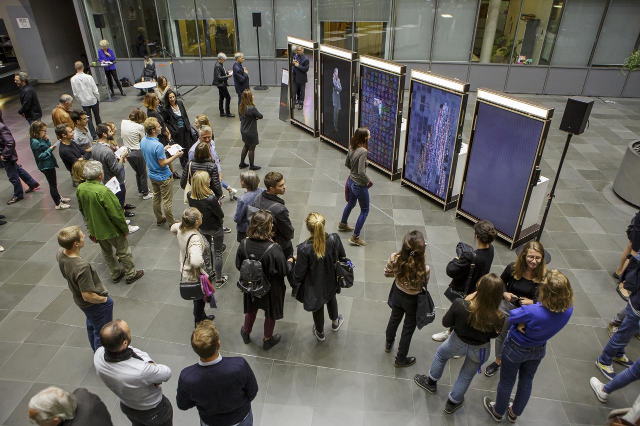 Foto aus der Vogelperspektive des ARTE Foyers in Straßbourg mit vielen BesucherInnen.