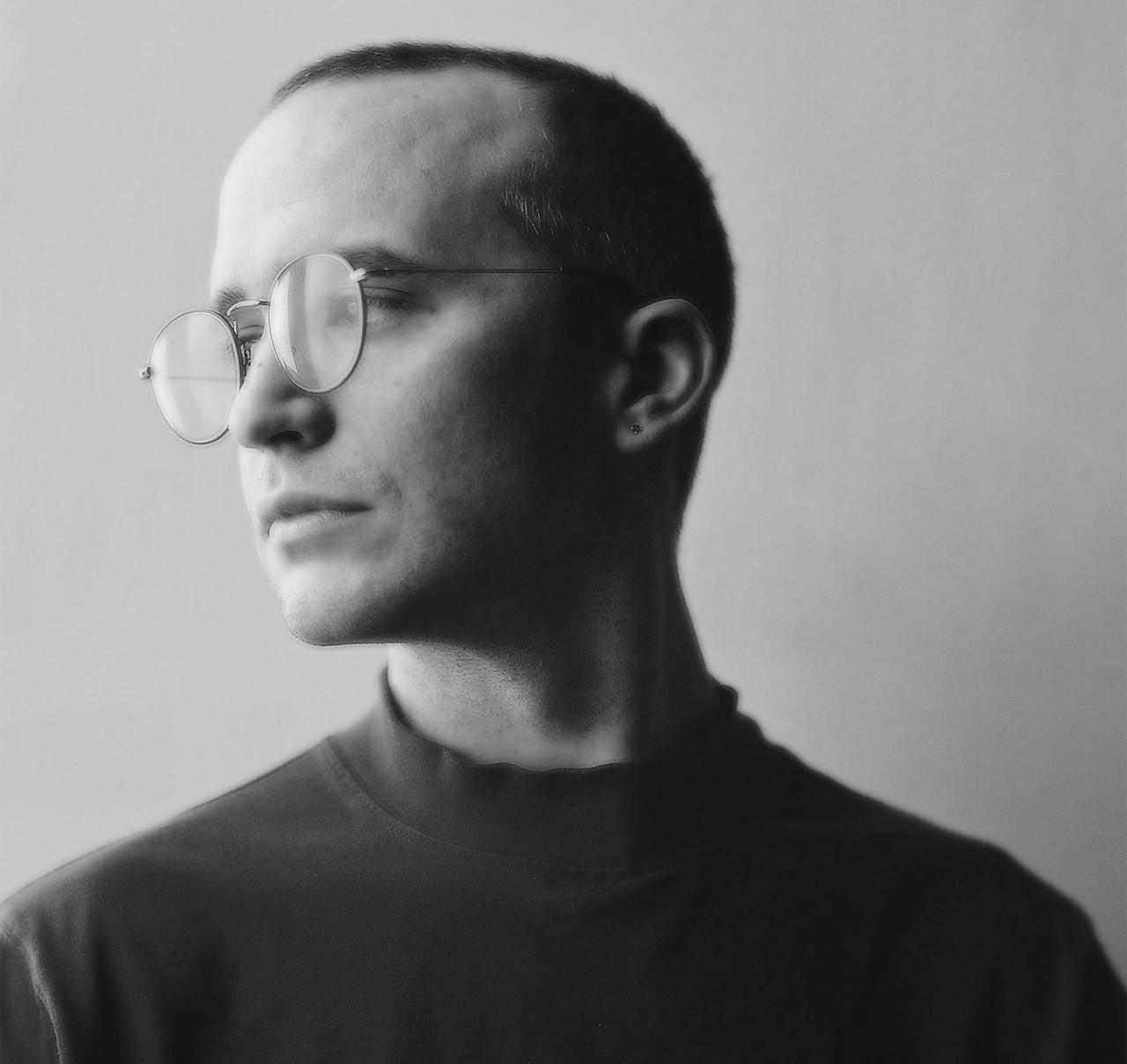 Schwarz-weiß Portrait eines Mannes mit Brille