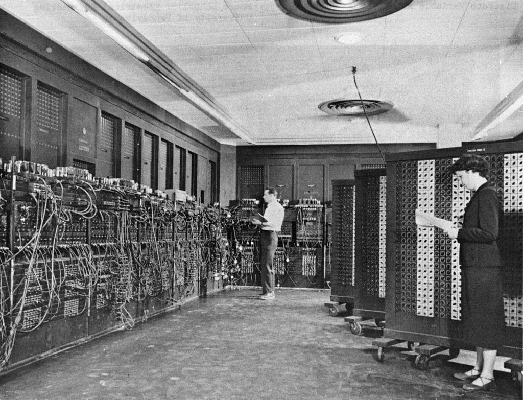 »ENIAC« in a picture of the US Army, in the foreground Betty Holberton, in the background Glen Beck