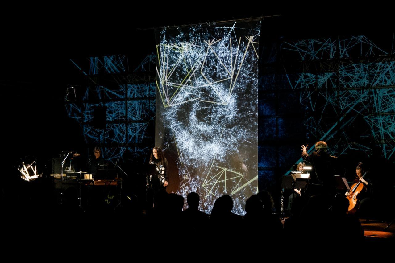Musiker vor einer LED-Wand mit Visualisierungen