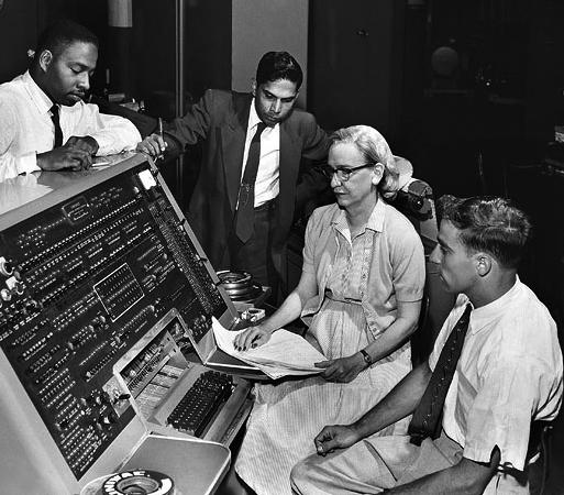 Grace Murray Hopper at the »UNIVAC« keyboard