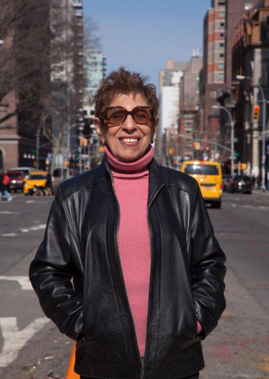 Das Foto zeigt die »Beatfrau« Hettie Jones, strahlend und mit Sonnenbrille in einer Großstadt.