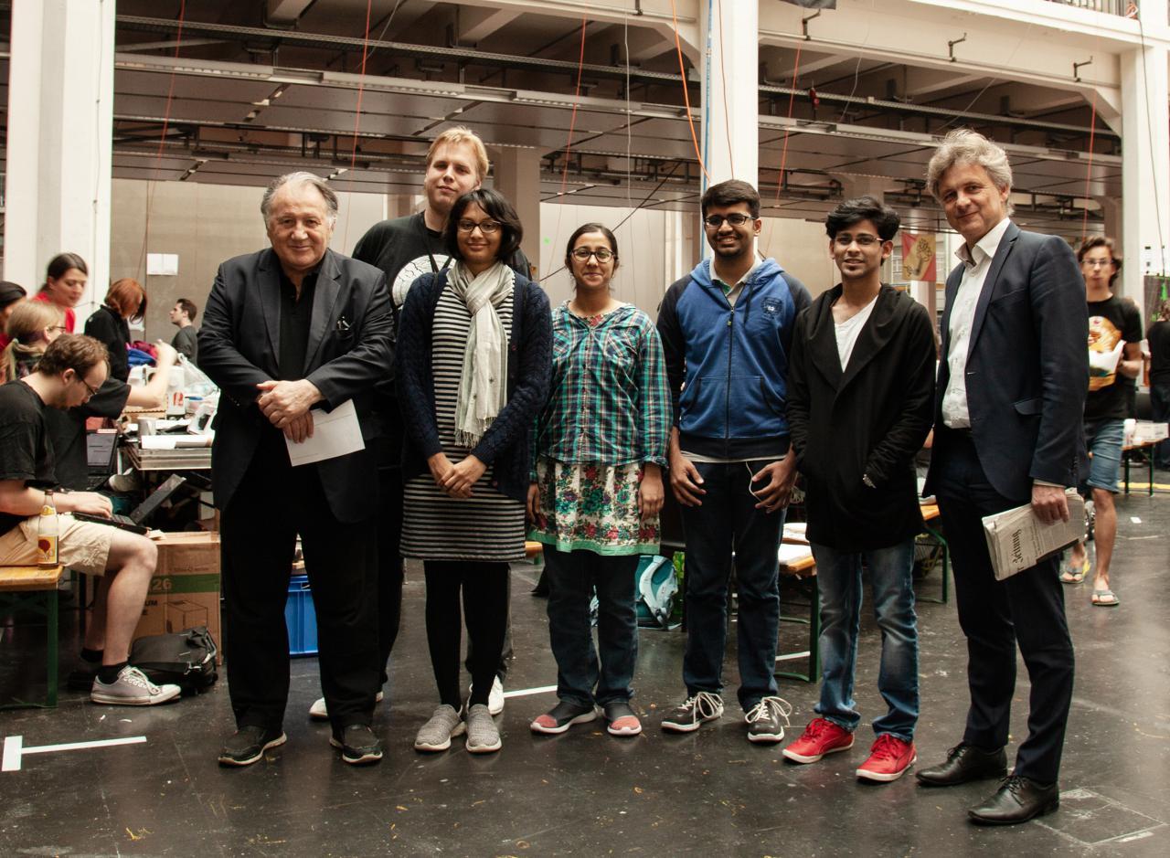 Das indische Gewinnerteam »Morpheus« mit Peter Weibel und Frank Mentrup Karlsruhe