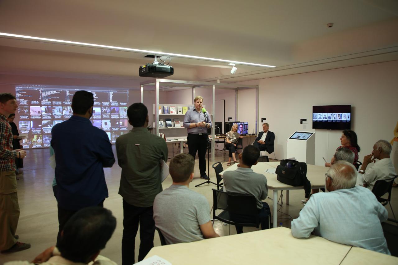 Christian Lölkes, Kurator der Ausstellung »Open Codes. Digital Culture Techniques«spricht bei der Eröffnung.