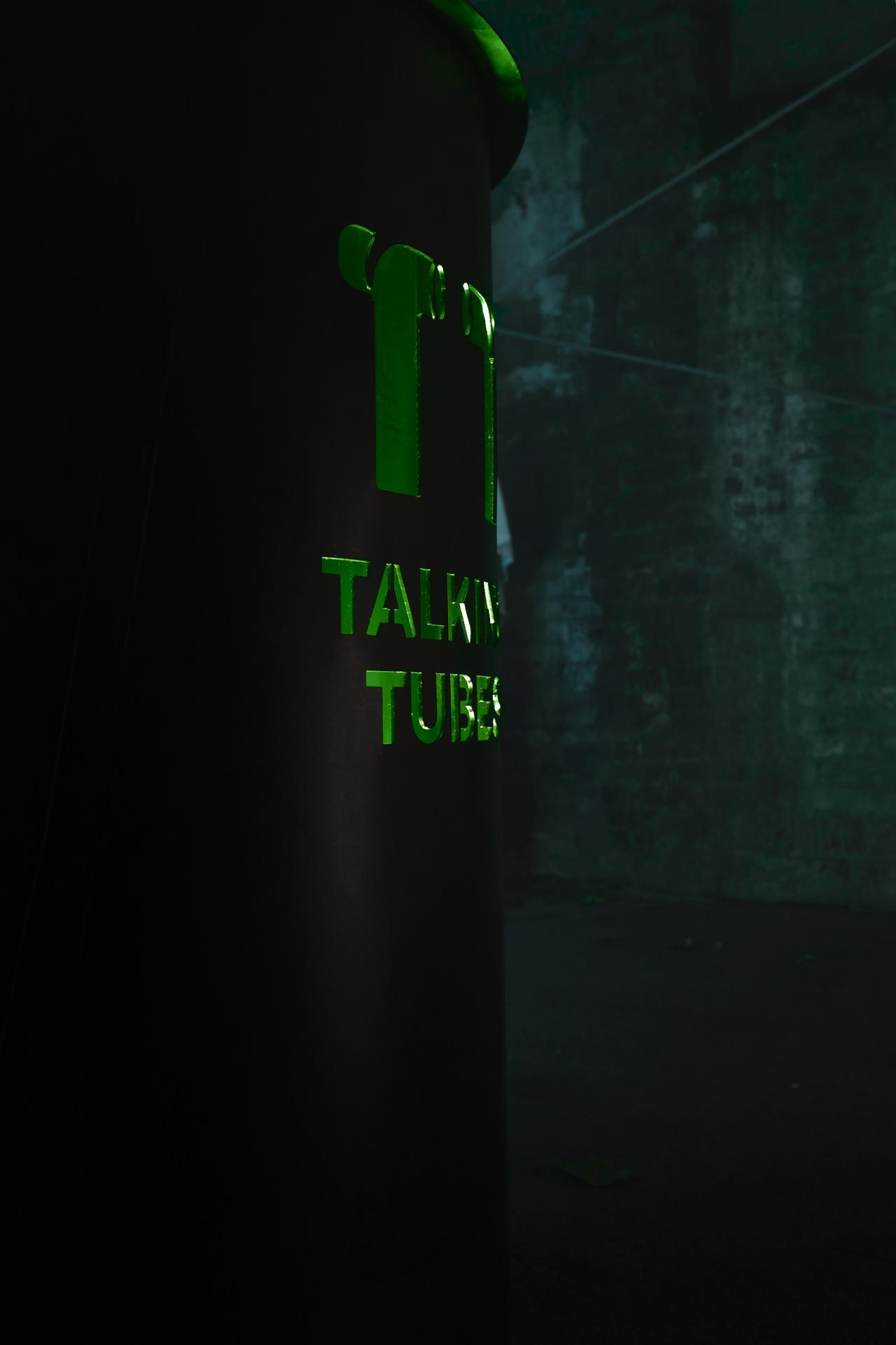 Seitenansicht des Steuerungspults der Installation mit der Aufschrift »Talking Tubes«