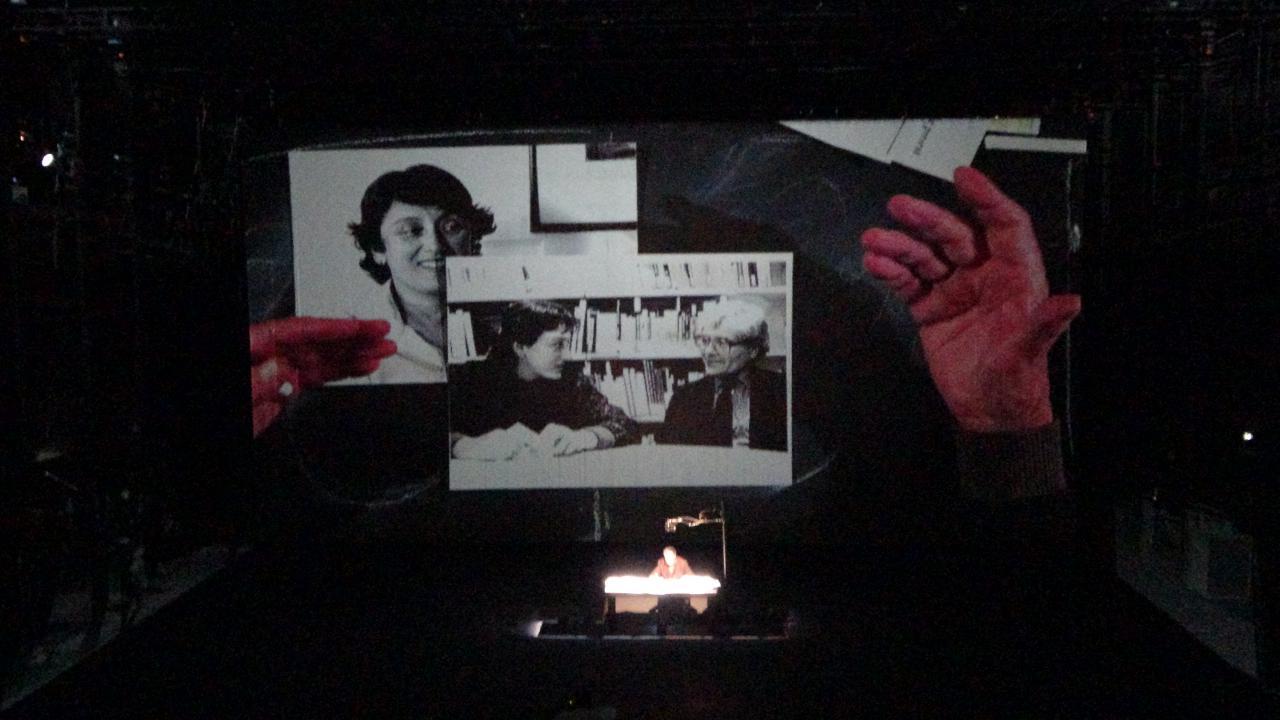Ein Foto auf einer großen Leinwand, das Lynn Margulis und James Lovelock zeigt.