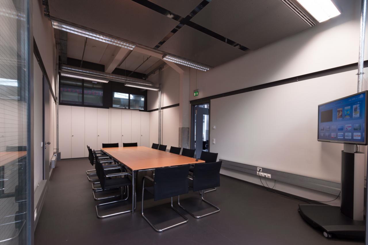Raum mit großem Tisch und Stühlen