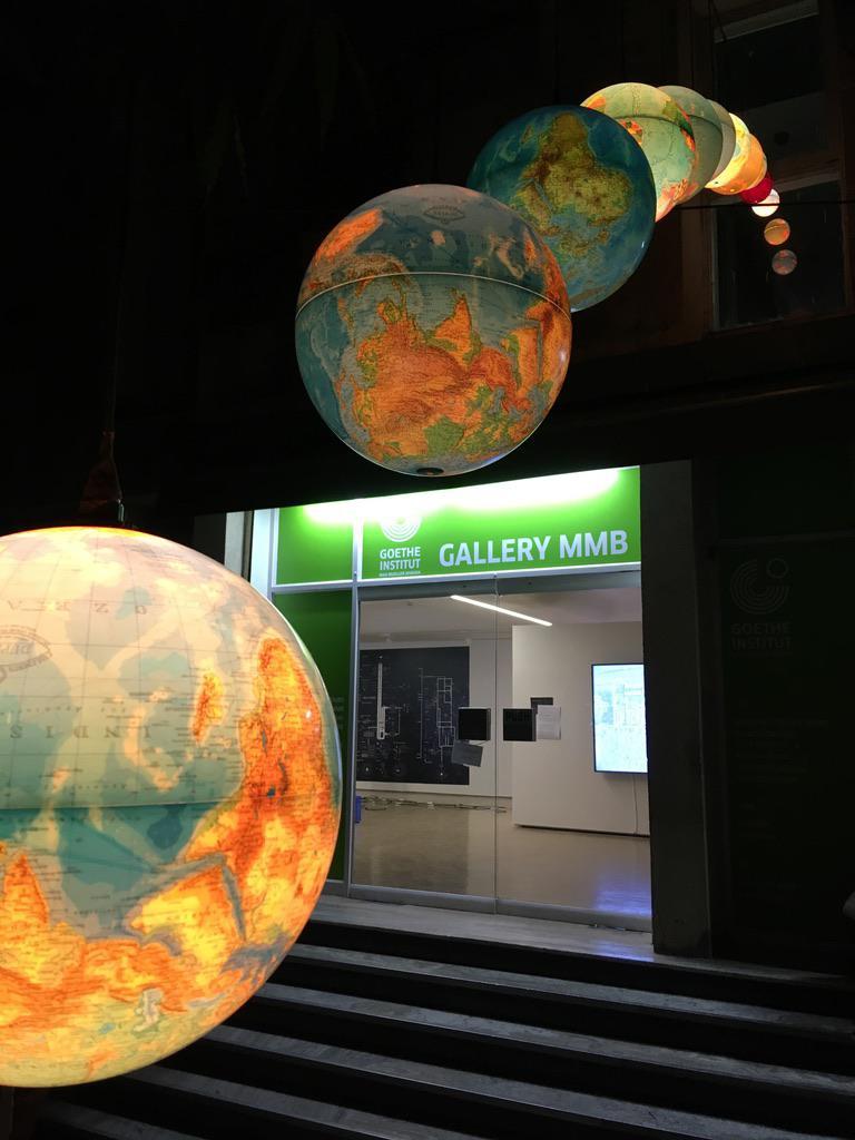 Beleuchtete Globen am Goethe-Institut in Mumbai