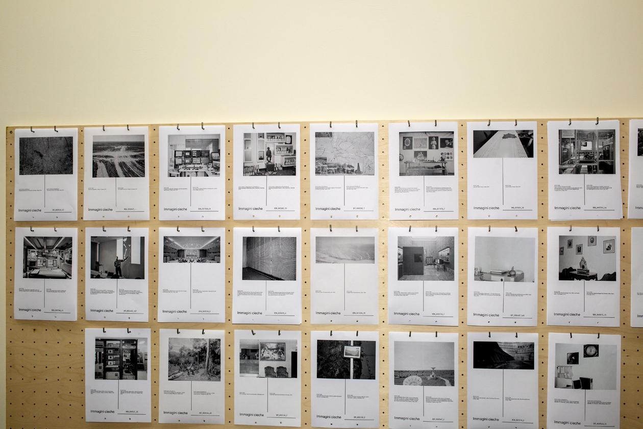 Eine Leinwand mit vielen schwarz-weiß Kopien aus Papier.