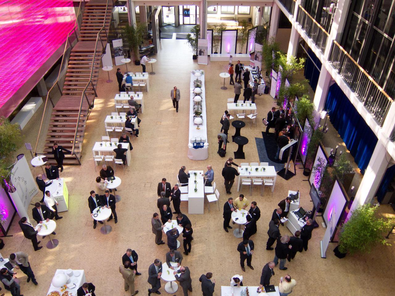 Das ZKM_Foyer mit Buffet und Stehtischen