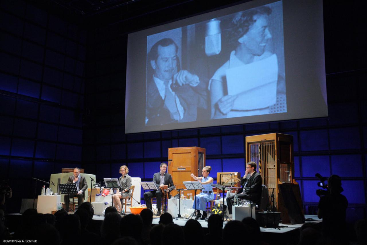Menschen auf der Bühne des ZKM_Medientheaters