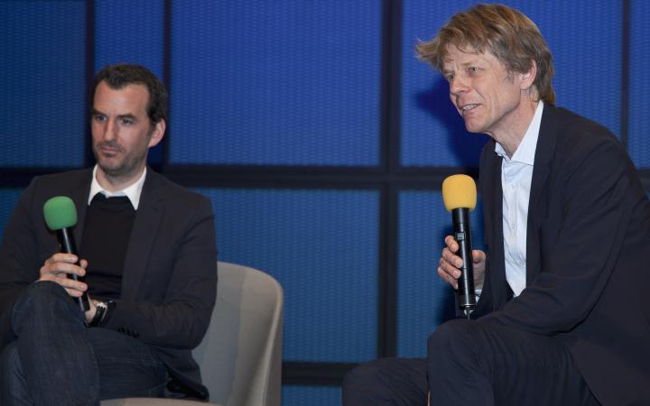 Das Foto zeigt Achim Menges und Jan Knippers bei einem Gespräch während des Frei Otto Symposiums.