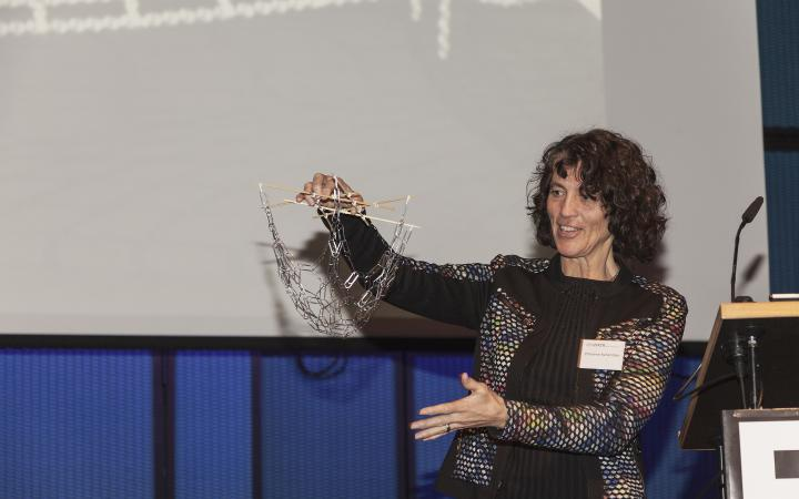 The photo shows Christine-Kanstinger at a lecture at the Frei-Otto-Symposium