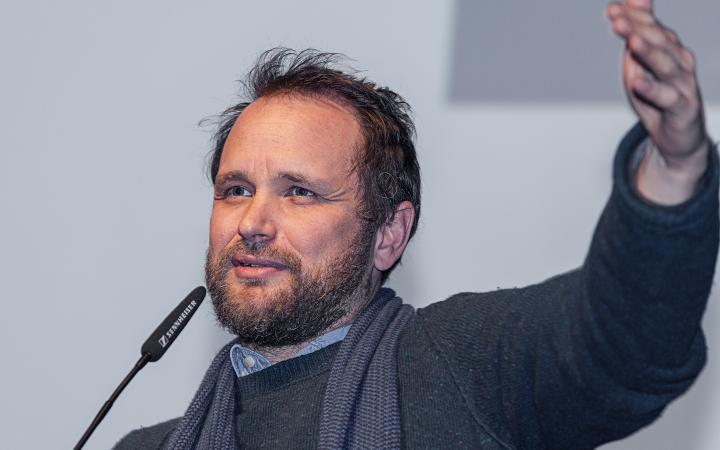Das Foto zeigt Tomás Saraceno bei seinem Vortrag im Rahmen des Frei Otto Symposiums.