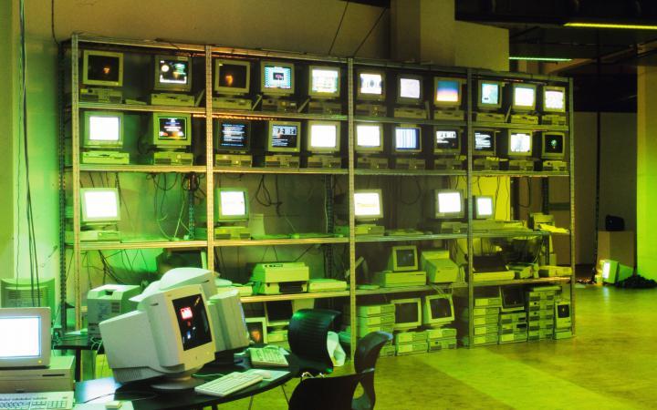 Blick in die Ausstellung net_condition: Ein Regal mit Computertechnik