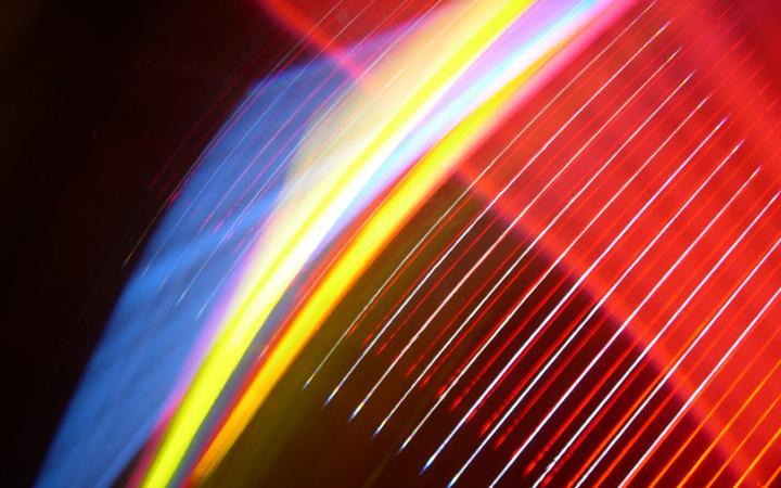 Das Bild zeigt eine vierfarbige Lichtinstallation