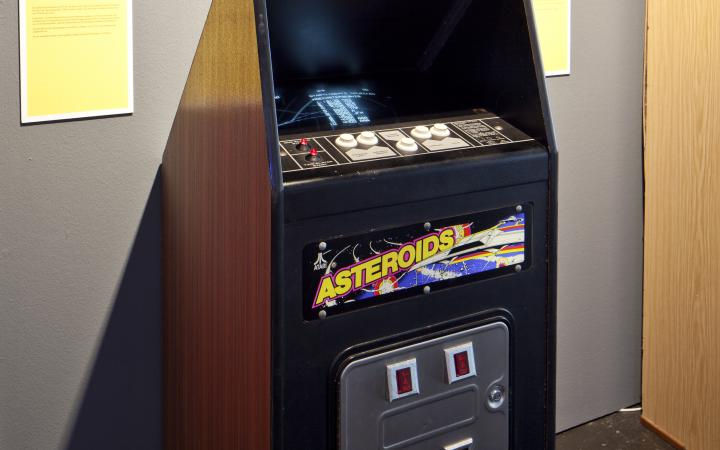 A gaming machine with the label »Asteroids«