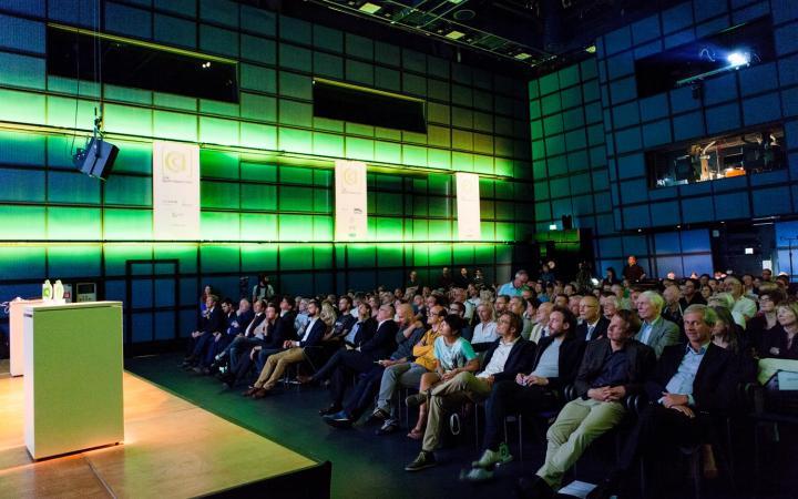 Publikum blickt zur Bühne