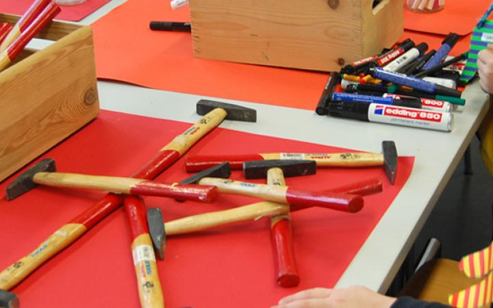 Children can test in small crafts. For this they get hammers and pins provided.