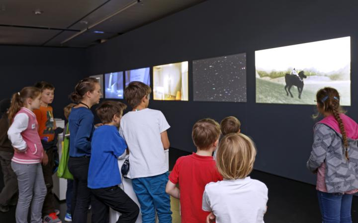 Kids on a guidet tour through the world of videogames.