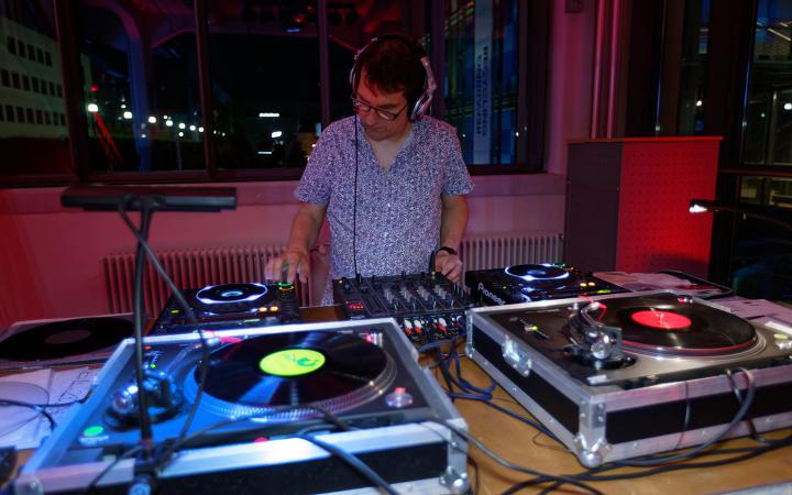 DJ Zipo während eines DJ-Sets auf dem ZKM_Musikbalkon im Rahmen des Festivals »Sonic Experiments« im Juli 2015.