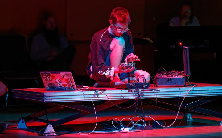 Der Klangkünstler und Musiker Jonáš Gruska während seines Auftritts im ZKM-Kubus im Rahmen des Festivals »Sonic Experiments« im Juli 2015.