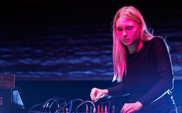 Die Klangkünstlerin Puce Mary während ihres Auftritts im ZKM-Kubus im Rahmen des Festivals »Sonic Experiments« im Juli 2015.