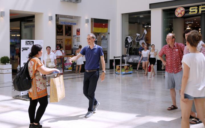 Ein Mann läuft mit ausgestreckter Hand auf eine Frau zu