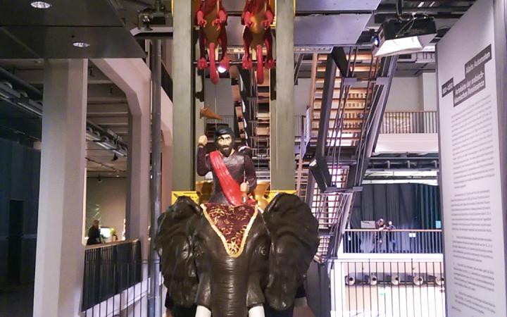 Ein Elefant aus Metall, auf dem eine Bahre steht