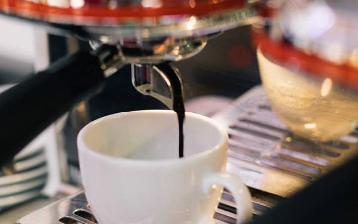 Kaffee kommt aus einer Maschine in die Tasse