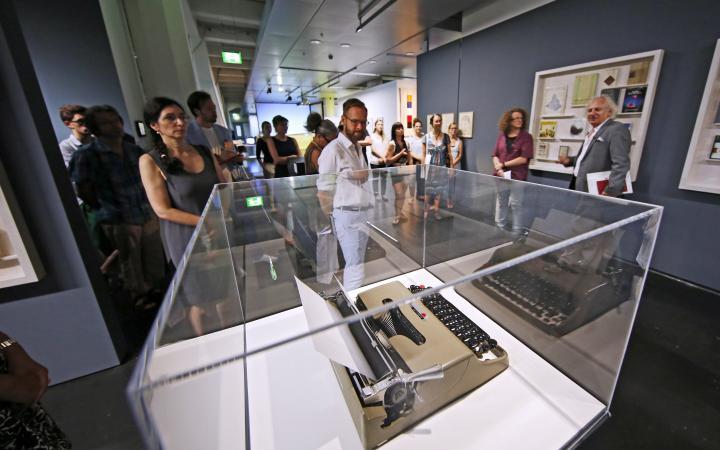 Ausstellungsansicht: Schreibmaschine in Vitrine