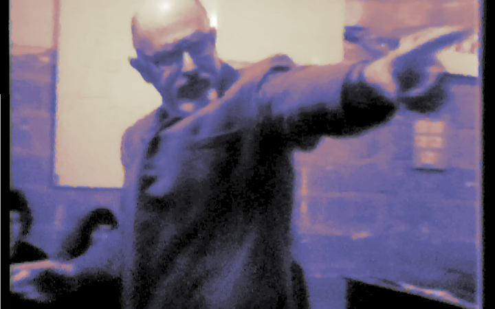 Ein Portrait eines Mannes mit ausgestrecktem Zeigefinger