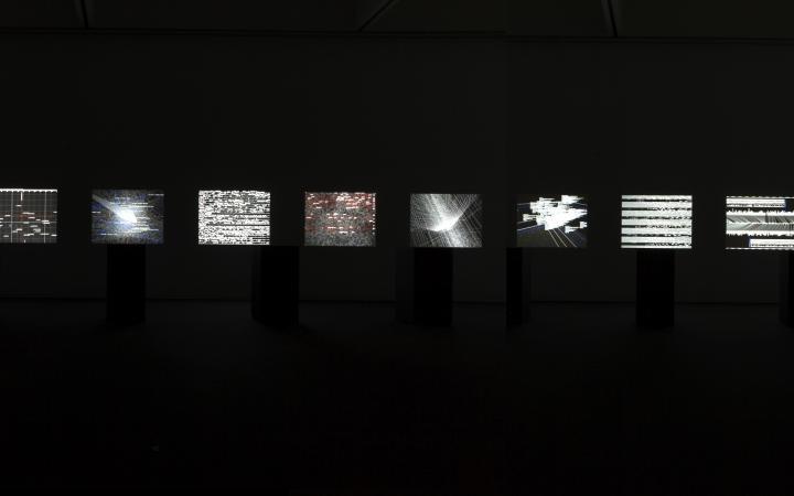 Kleine Bilder in einer Reihe vor dunklem Hintergrund