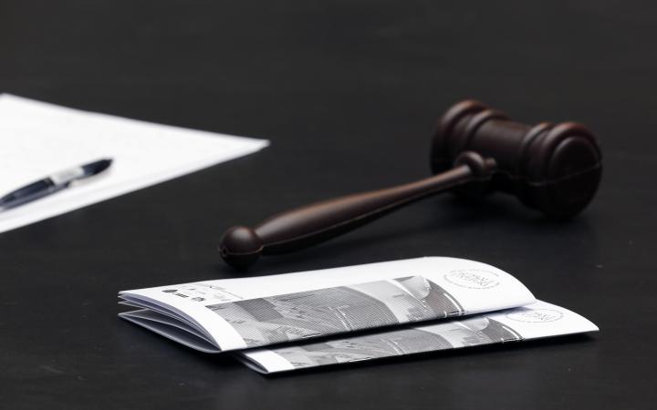 Ein Richterhammer und eine Broschüre
