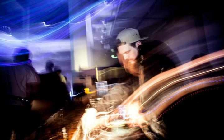 Ein DJ am turntable
