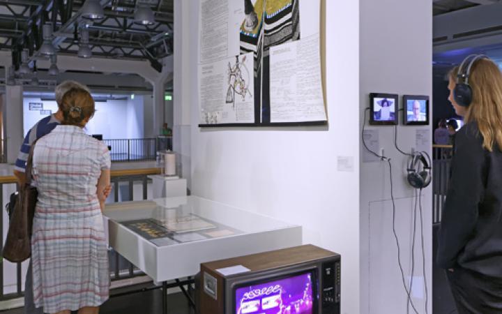Menschen stehen vor Ausstellungsstücken